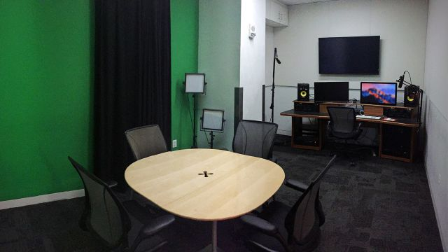 Chairs, table, and desktop in Green Screen Studio in Hunt Library