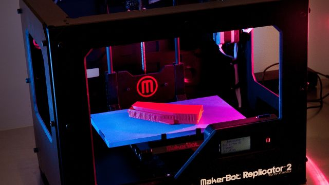 Makerbot printer 3D-printing an object