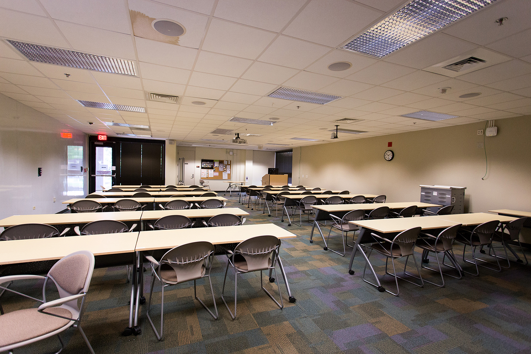 A large multipurpose room with tables and chairs at the Veterinary Medicine Library